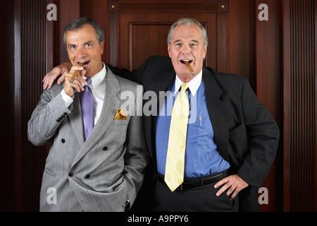 Porträt der beiden Geschäftsführer der Zigarren rauchen. - Stockfoto
