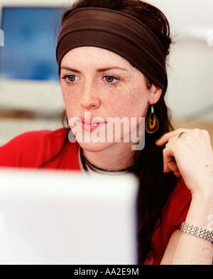 Studentin auf Computer 4 arbeiten.  Junge akademische Frau, Mädchen lesen, studieren, lernen, nachdenklich, nachdenklich, - Stockfoto