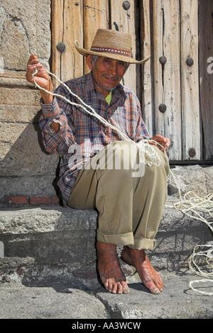 Mann, der Gabe von String in der Nähe der Plaza Borda und Zocalo, Taxco, Mexiko - Stockfoto