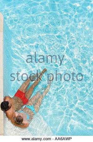 Paar entspannen im pool - Stockfoto
