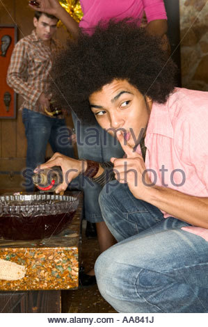 Afrikanischer Mann Spick Schale mit Stempel auf einer party - Stockfoto