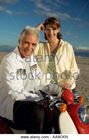 Älteres paar Moped fahren - Stockfoto