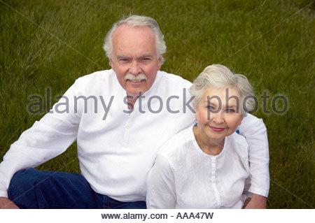 Älteres Paar, sitzen, Gras - Stockfoto