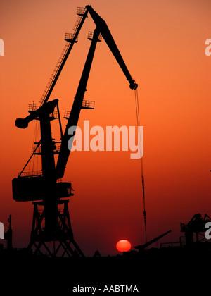 Ölpumpe an nachleuchtende / Sonnenuntergang - Stockfoto