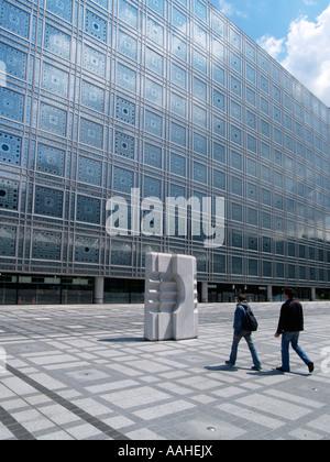 Die beeindruckende Fassade des Institut du Monde Arabe IMA in Paris Frankreich 1987 von Architekt Jean Nouvel entworfen. - Stockfoto