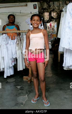 Eine kubanische Mädchen mit ihrer Großmutter Verkauf von Kleidung und Kunsthandwerk aus ihrer Heimat in Trinidad - Stockfoto