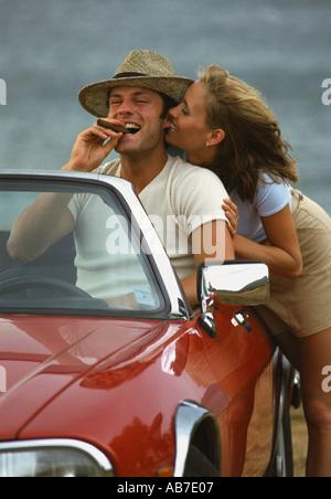 Paar im Cabrio - Stockfoto