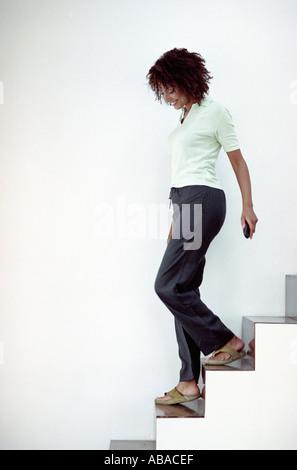 Frau absteigende Treppe - Stockfoto