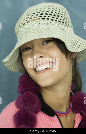 Teen Mädchen trägt, Sonnenhut, Nahaufnahme, Porträt - Stockfoto