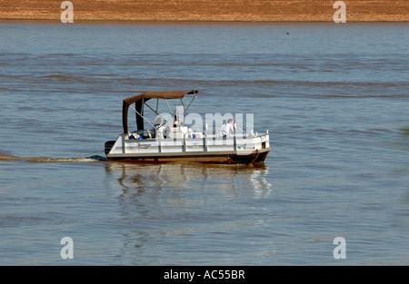 Drei Menschen in einem Ponton-Boot auf einem Oklahoma, USA-See. Arcadia-See. - Stockfoto