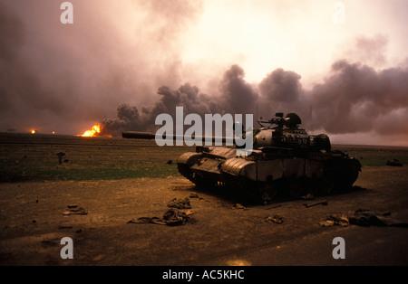 Öl-Feuer in der Nähe von der Grenze zum Irak im Krieg zerrissenen Kuwait 1991 - Stockfoto