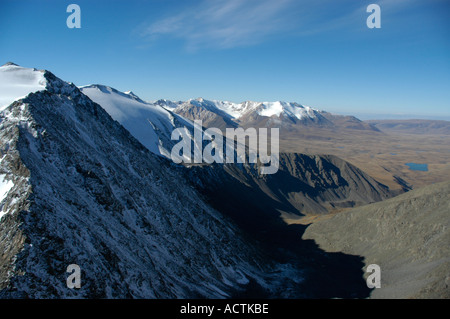 Blick auf eine Kette von schneebedeckten Bergen über die Steppe Kharkhiraa mongolischen Altai in der Nähe von Ulaangom - Stockfoto