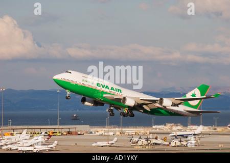 EVA Airways 747 Jumbo Jet abheben am San Francisco International Airport - Stockfoto
