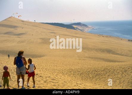 La Teste de Buch Aquitane Frankreich Düne von Pyla Familie oben auf der Düne und Gleitschirme höchste Sanddüne In - Stockfoto
