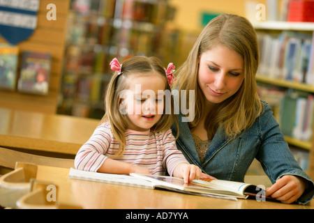 Mutter und Tochter-Lesung - Stockfoto