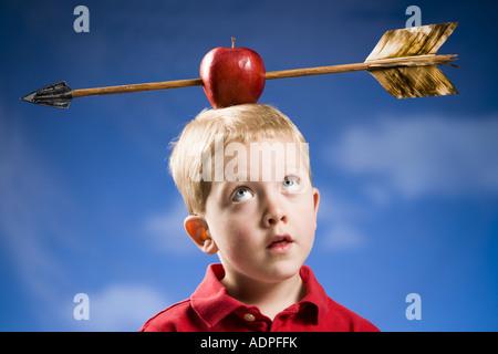 Junge mit Apfel und Pfeil auf Kopf - Stockfoto