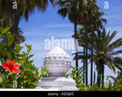 Hotel Garden in MASPALOMAS PLAYA DEL INGLES Gran Canaria Blume rot Denkmal aus Stein Marmor palm - Stockfoto