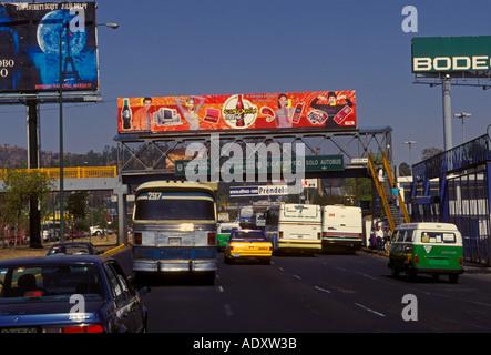 PKW LKW Busse beschäftigt Straße Autobahn Fahrzeugverkehr und Werbetafeln in Mexiko-Stadt Bundesdistrikt Mexiko - Stockfoto