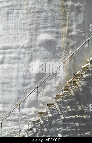 Metall-Treppe auf alten rostigen holprigen weißem Stuck gebogene Wand, USA - Stockfoto
