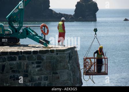 Mullion Cove Harbour wand Eingang Sturmschäden durch Handwerker mit Spezialbohrungen repariert und der ausgesetzten - Stockfoto