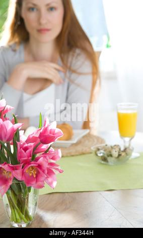 Frau beim Frühstück - Stockfoto