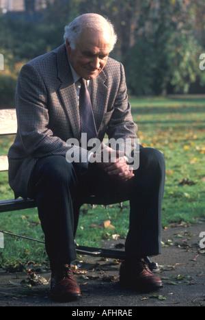 Alter Mann sitzt auf der Bank im park - Stockfoto