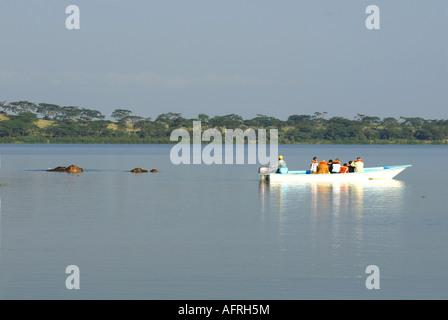 Motorboot in der Nähe von Hippos am Lake Naivasha Kenia in Ostafrika - Stockfoto