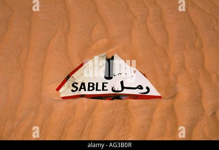 Algerien Taghit Sahara Verkehrszeichen in Sand in französischer Sprache mit Text Zobel, d.h. sand - Stockfoto