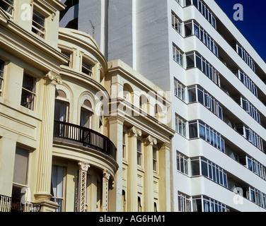 Kontrastierenden Stile der Architektur in Brighton und Hove, East Sussex: regency Terrassen stoßen Botschaft Gericht - Stockfoto