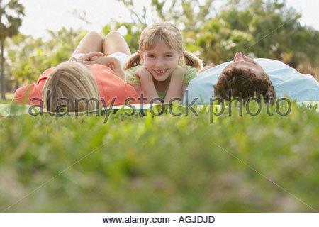 Mädchen und schlafenden Eltern - Stockfoto
