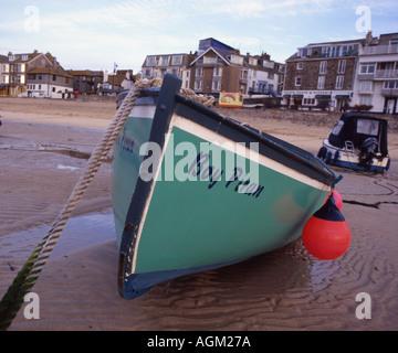 Angeln Boot junge Piran gestrandet in St Ives Hafen Cornwall England in 7 x 6 - Stockfoto