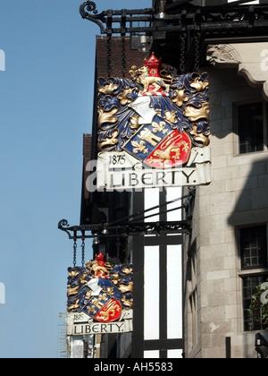 West End London Liberty Kaufhaus Wappen auf Zeichen über der Tudor Shop Great Marlborough Street-Höhe - Stockfoto