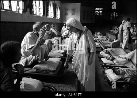 Mutter Teresa in ihrem Haus für die Not leidenden und Sterbenden in Kalkutta Indien 1969, die sie im Jahr 1979 den - Stockfoto