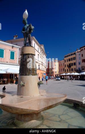 Fischbrunnen in Town Square von Rovinj Istrien Kroatien - Stockfoto