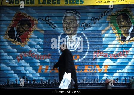 125th Street, Harlem, geht eine schwarze Dame vorbei Wandbild mit Malcolm X Bill Clinton und Martin Luther King. - Stockfoto