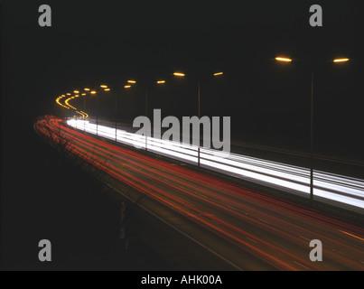 Lichtspuren Fahrzeug nachts auf der Autobahn M25 Essex - Stockfoto