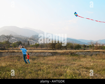 Vater und Sohn (4-6) in einem Feld mit kite - Stockfoto