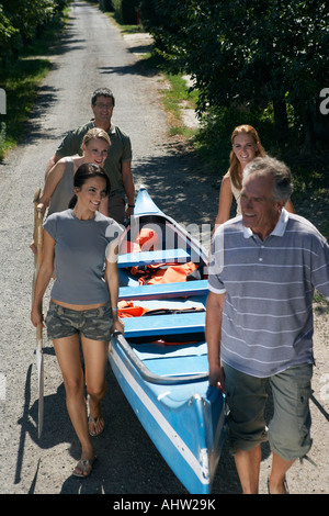 Menschen auf dem Weg mit dem Kanu. - Stockfoto