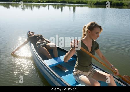Zwei junge Frauen im Kanu. - Stockfoto
