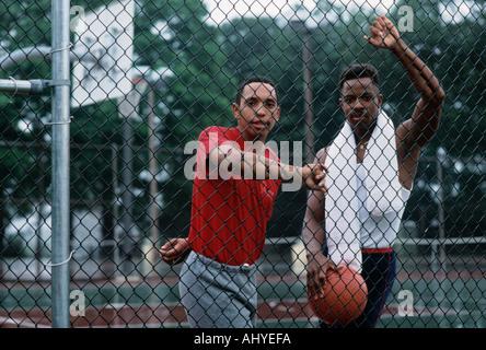 Porträt-Afro-Amerikaner und hispanische Männer am Basketballplatz - Stockfoto