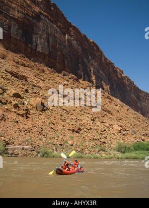 Menschen paddeln in Floß - Stockfoto