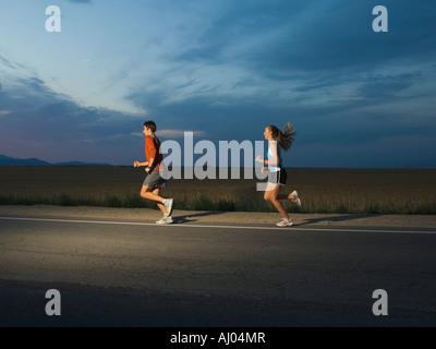 Paar in athletischer Gang laufen - Stockfoto