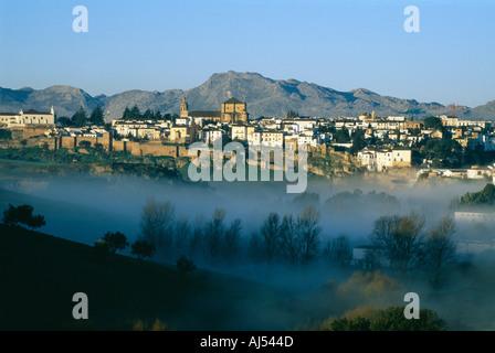 Historische Stadt Ronda in der Provinz Malaga Andalusien-Spanien-Tal mit frühen Morgennebel Landschaft - Stockfoto