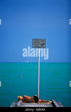 Frau auf einem Steg Sonnenbaden Adria Küste Lido de Jesolo Venedig Italien - Stockfoto