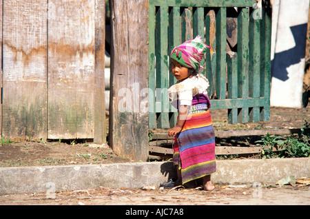 Junges Mädchen in der unverwechselbaren Kleid ihr Stammesgruppe K-Iche Maya Guatemala Hochland Markt Guatemala - Stockfoto