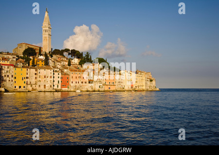 Abendlicht fangen das Pastell farbigen Gebäuden der Stadt Rovinj, die sitzt auf der westlichen Küste von Istrien - Stockfoto