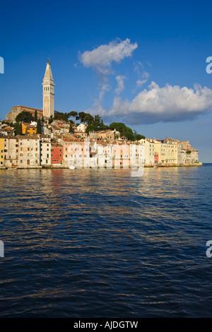 Schönen guten Morgen fangen die Pastell helle Gebäude der Stadt Rovinj, die sitzt auf der westlichen Küste von Istrien - Stockfoto