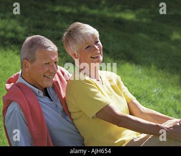 im Ruhestand, älteres paar entspannen auf dem Rasen - Stockfoto