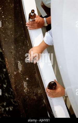 Männer trinken und Rauchen auf dem Balkon - Stockfoto