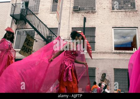 Kostümierte Darstellern teilnehmen an einer Straßenperformance Jumbie Camp - Stockfoto